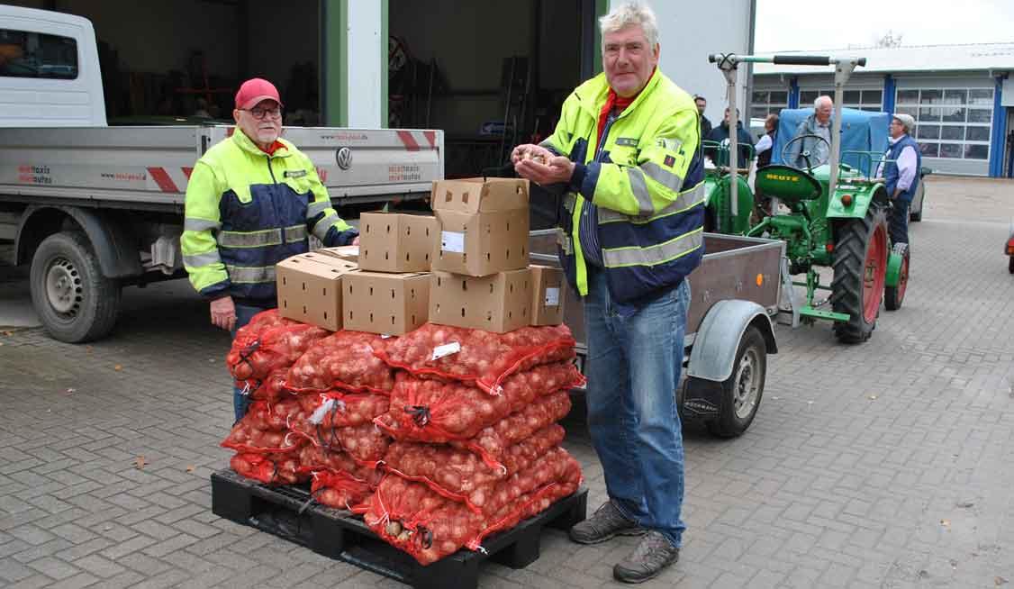 Wolfgang-Jörgens-und-Herbert-Gülker-mit-ihrem-historischen-Traktor